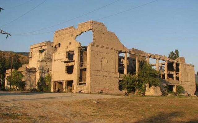 Новороссийск Мемориал - разрушенный Дворец Культуры