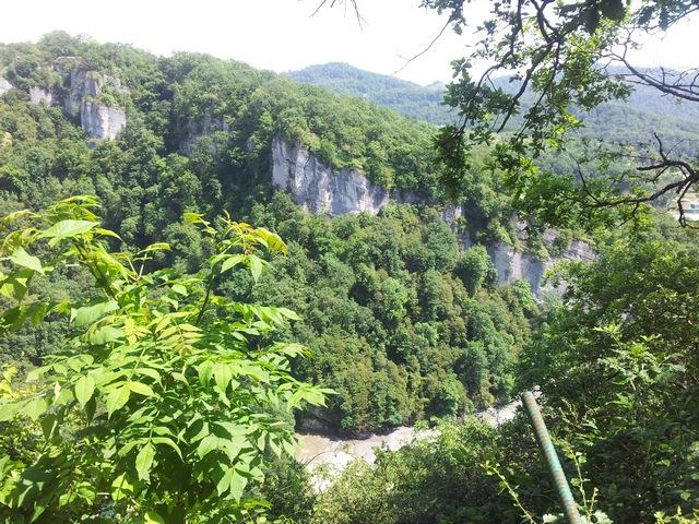 Вид от площадки перед Ахштырской пещерой