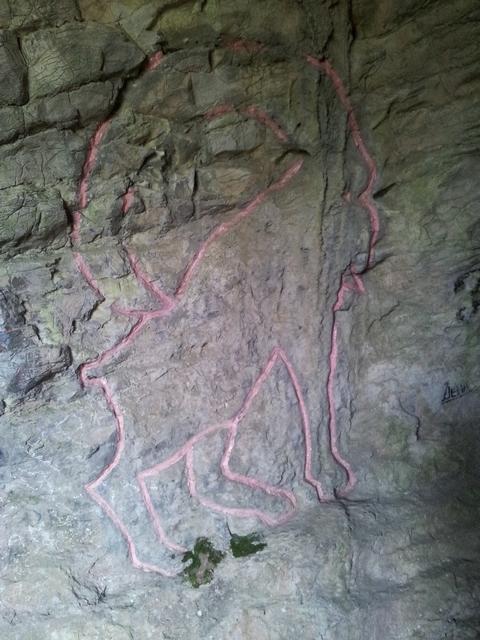 Рисунки перед входом в пещеру