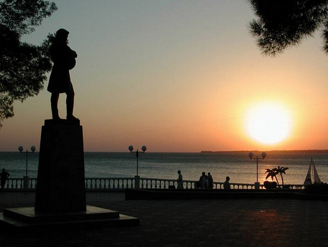 Площадь у памятника Лермонтову