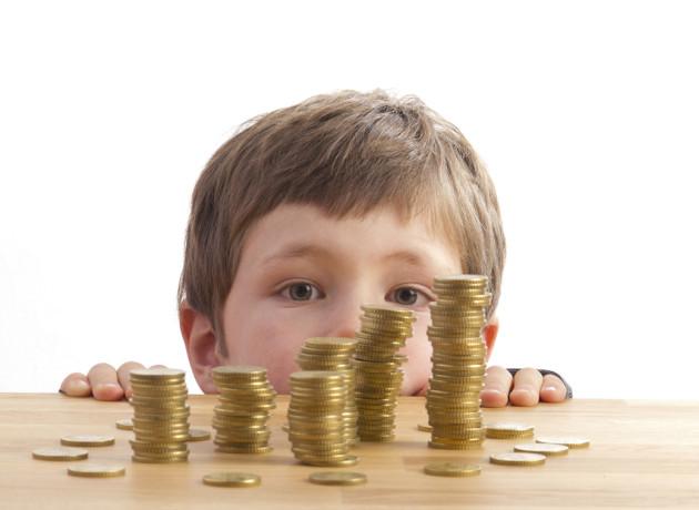 Junge schaut sich Geldtürme an