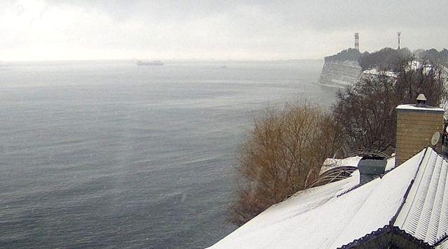 Снег в Геленджике вид на маяк с кручи