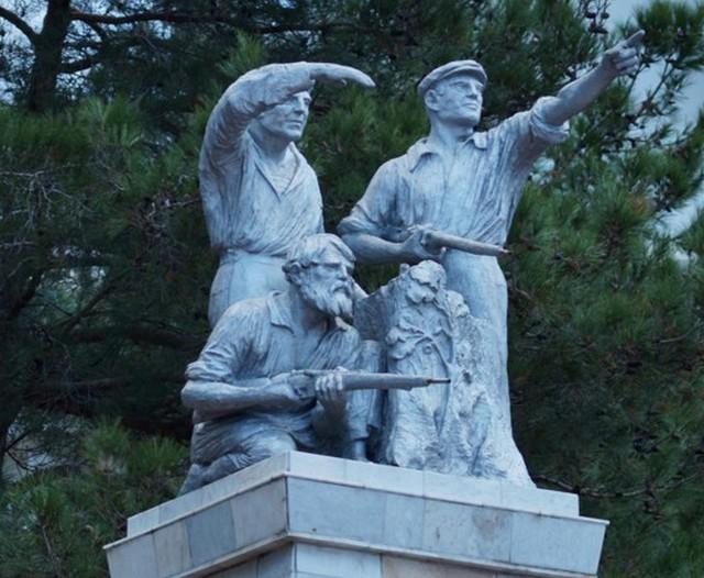 Памятник верх